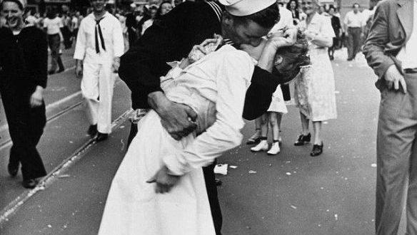 O famoso beijo que o marinheiro deu na enfermeira, no dia 14 de agosto de 1945, assim que soube do fim da II Guerra Mundial, nas ruas de Nova York, registrado pelo fotógrafo da Life Alfred Eisenstaedt