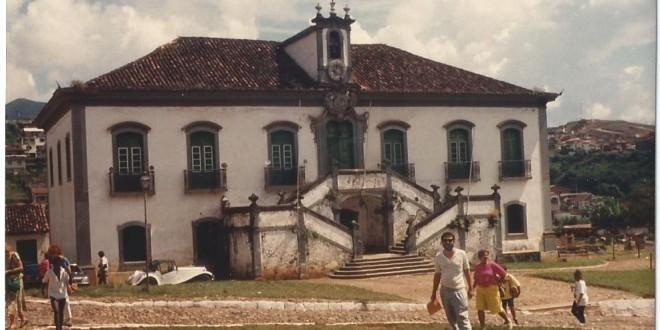 A Mariana que eu conheci, em frente à Casa da Câmara e Cadeia, edifício do final do século 18