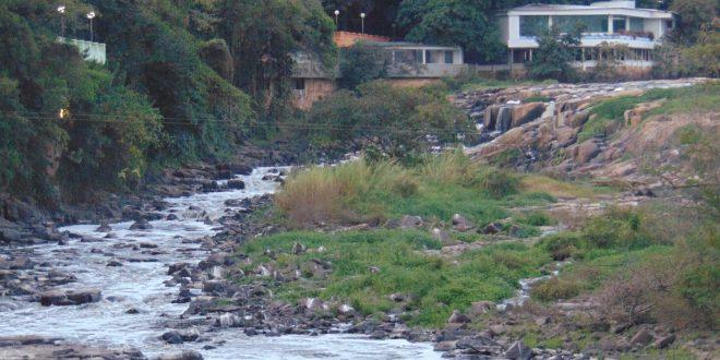 Rio Piracicaba, em agosto de 2014, quase seco: o alerta continua (Foto José Pedro Martins)