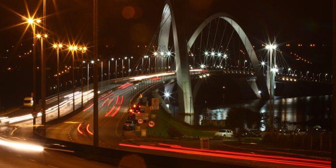 Brasília é linda, intrigante, fascinante, mas às vezes quem está lá se esquece do Brasil real, das ruas (Foto Adriano Rosa)