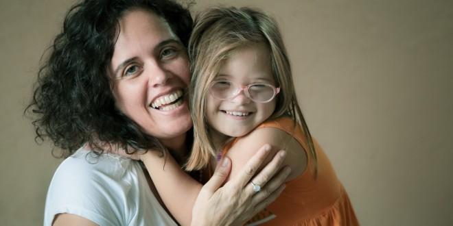 """Marta Avancini, com sua filha Zoe: """"Cada vez que vejo uma pessoa com Down trabalhando, ativa e, sobretudo, à vontade, me desperta uma esperança de que com minha filha de 9 anos, que também tem síndrome de Down, também será assim""""   Foto: Adriano Rossa"""