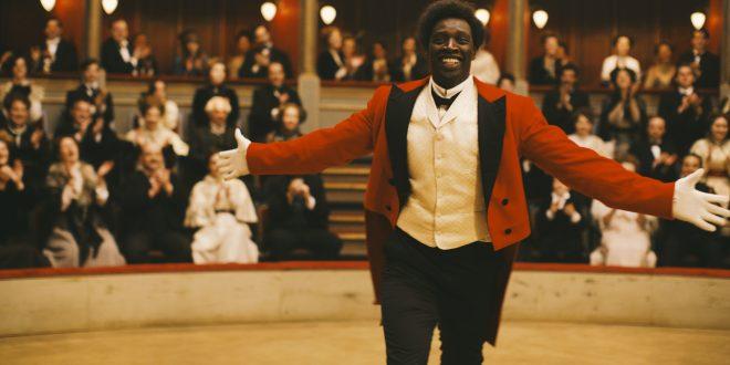 """O filme """"Chocolate"""" conta a história de Rafael Padilha, o Chocolat, que nasceu em Cuba em 1868, foi vendido como escravo, fugiu e depois veio a se tornar o primeiro palhaço negro da história da França, interpretado por Omar Sy       Fotos: Divulgação"""