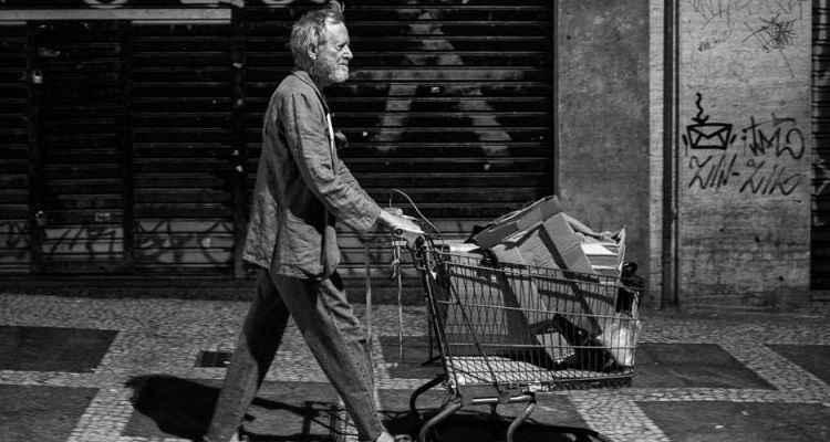 Em preto e branco, o filme mostra as perambulações por São Paulo do ex-professor universitário que virou mendigo carregando seu carrinho de supermercado