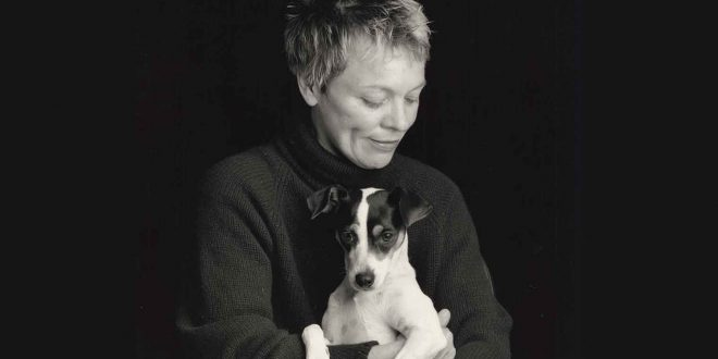 """Laurie Anderson com Lollabelle, sua terrier que inspira """"Coração de Cachorro""""    Crédito foto: Sophie Calle. Courtesy of Abramorama."""