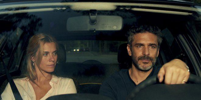 A trama central está no casal vivido por Carolina Dieckmann e Leonardo Sbaraglia, dirigidos por Marco Dutra