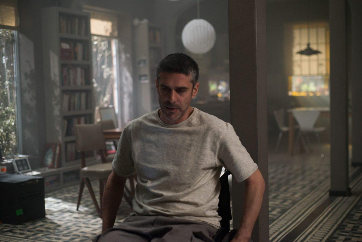 Leonardo SSbaraglia dá vida ao melancólico Joaquin, um cadeirante que trabalha no porão da casa