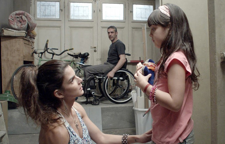 deixa entrar um pouco de luz com a chegada de uma jovem stripper (Clara Lago) e sua filha, que não fala