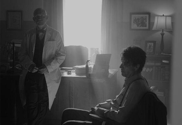John Malkovich interpreta o médico do poeta Dylan Thomas, vivido por Rhys Ifans