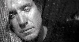 """Na pele do poeta, Rhys Ifans dá um show de interpretação; poucos reconhecem o amigo amalucado de Hugh Grant no filme """"Um Lugar Chamado Notting Hill""""    Fotos: Divulgação"""