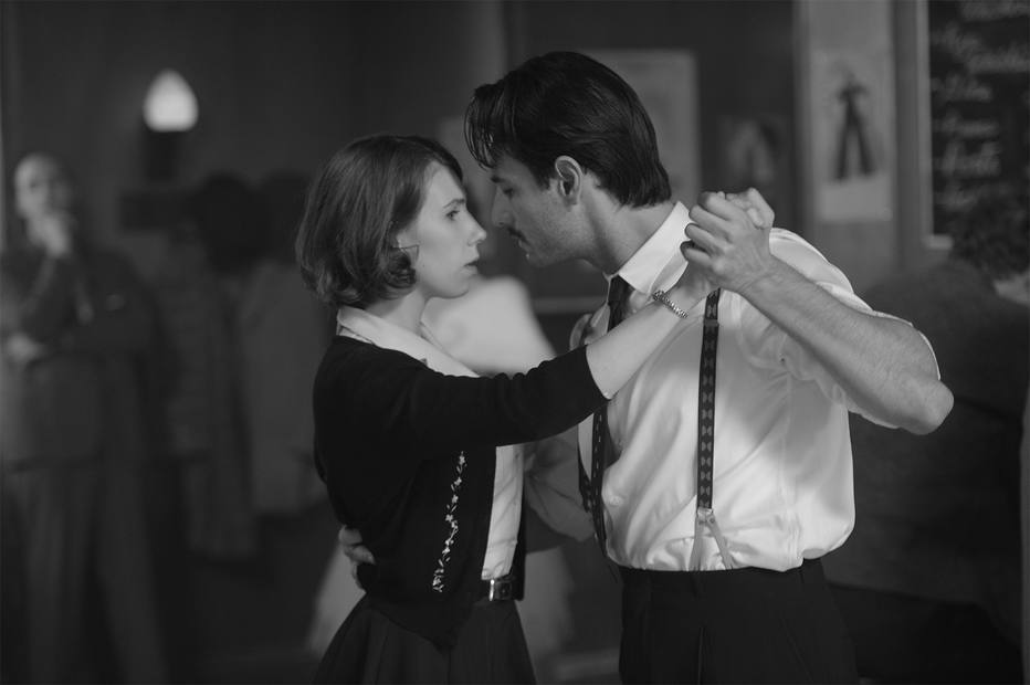 A atrriz Zosia Mamet e o brasileiro Rodrigo Santoro, que faz o barman Carlos, contracenam dançando um tango Foto: Divulgação/Philippe Bosse