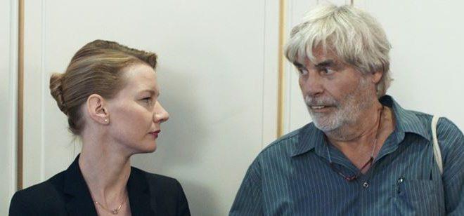 """O terceiro longa da diretora alemã Maren Ade, """"Toni Eardmann"""", pode provocar risadas, mas há uma melancolia profunda no conflito de gerações"""