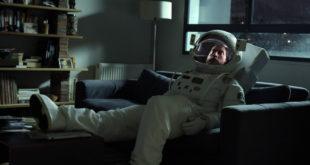 """Um protagonista que vive """"no mundo da lua"""""""