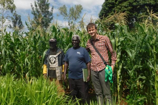 enhor Remjius Bwana, Um pequeno fazendeiro que segue o método de push-pull e abaixo sua plantação de milho, aumento na produção sem utilização de agrotóxicos,sua fazenda está localizado na vila de Yenga, distrito de Kisumo no Quênia (Fotos André Sarria)