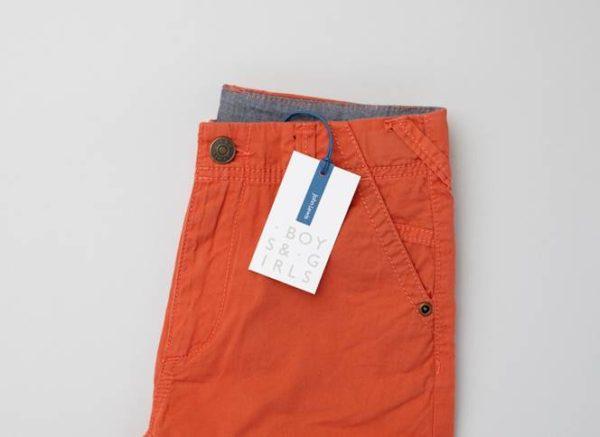 Etiqueta de uma roupa da John Lewis para crianças onde é possivel notar sua indicação para meninos e meninas (http://charliesmithdesign.com/work/john-lewis/childrenswear/)