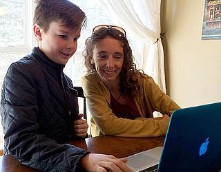 O jovem cientista Dante de Kort e a Dra.  Mariana Altrichter (credito da imagem: http://m.kdminer.com/news/2018/jan/02/do-javelinas-mourn-their-dead/)
