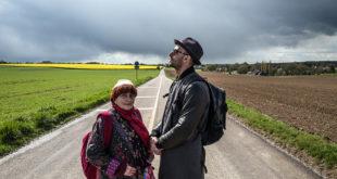 Agnès Varda divide o road movie com o jovem fotógrafo e artista JR (Foto Divulgação)
